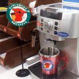 マイカップでコーヒーを購入中の写真